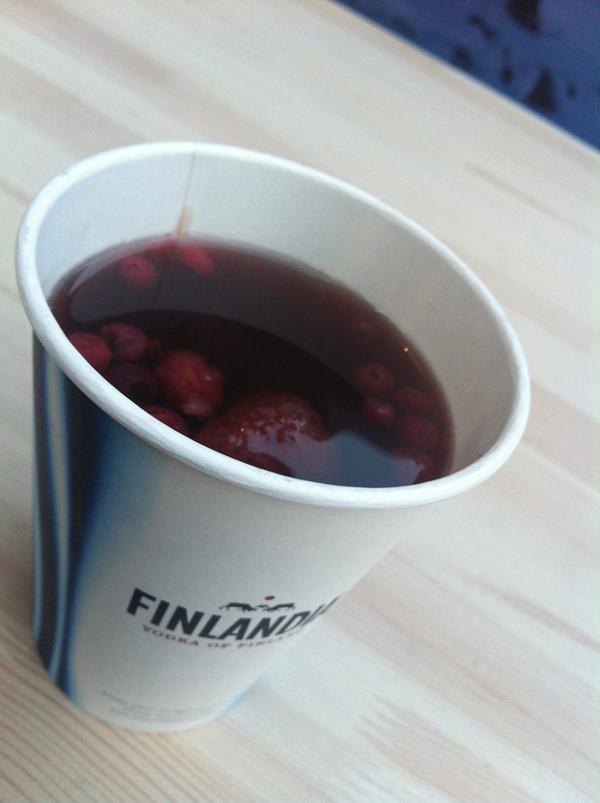 Így néz ki a Finlandia alapú forró ital erdei gyümölcsökkel közelről