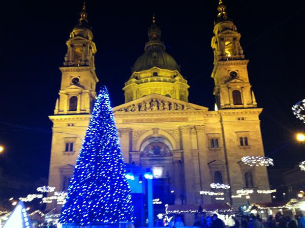 Kék karácsonyfa a tér (és a jégpálya) közepén