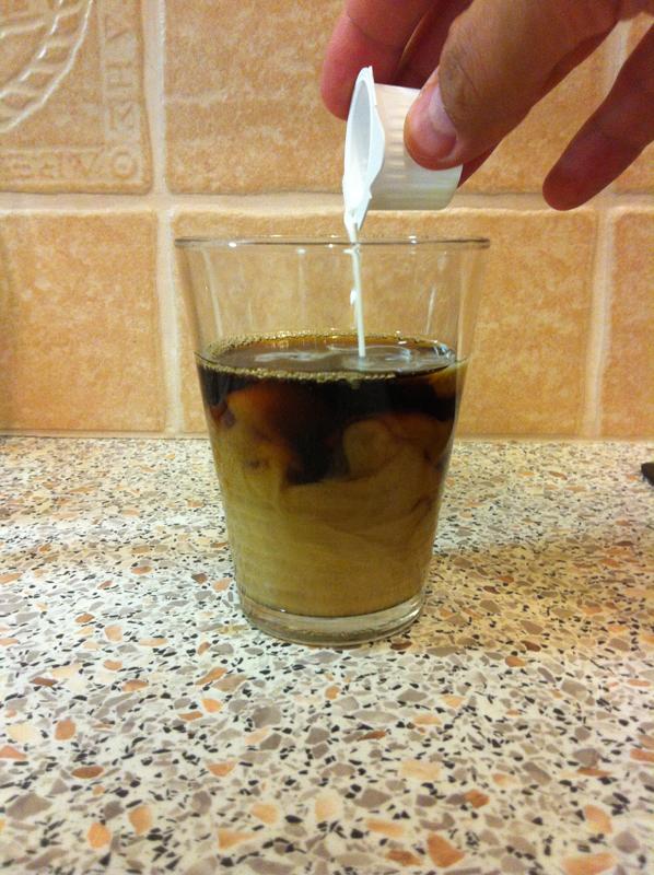 Kavarog a tejszín a kávéban
